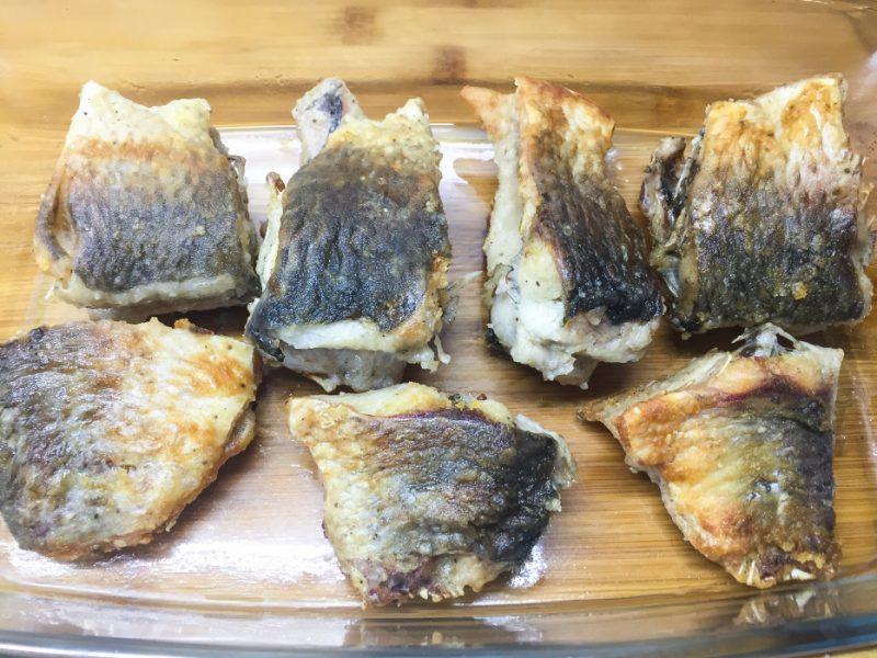 crucian cuit au four avec crème sure et fromage