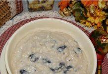 Four Boyarskaya de millet avec des raisins secs dans des pots au four