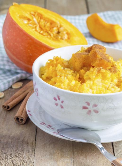 La bouillie de riz et de mil à la citrouille est un plat idéal pour la saison froide.