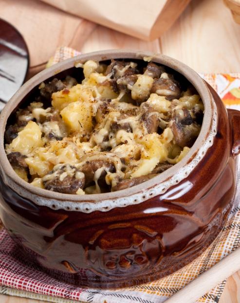 Gomba marha sajttal edényekben a sütőben
