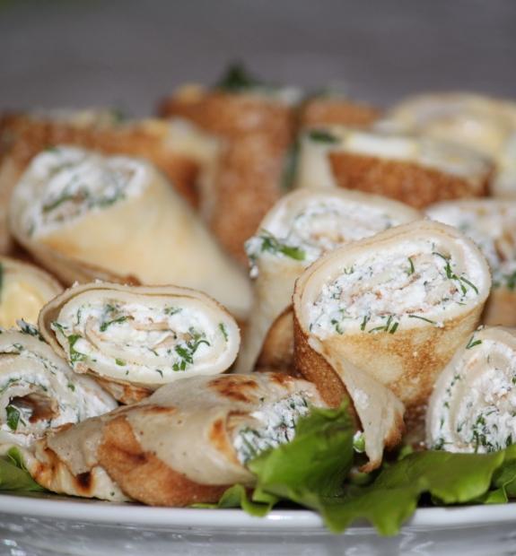 Crêpes non sucrées farcies de fromage cottage et d'herbes