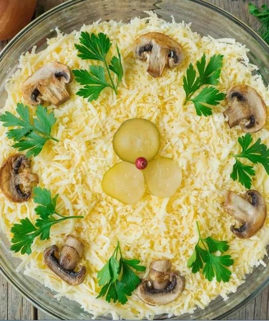 Tsarskiy salade au poulet et aux champignons - une recette délicieuse et originale