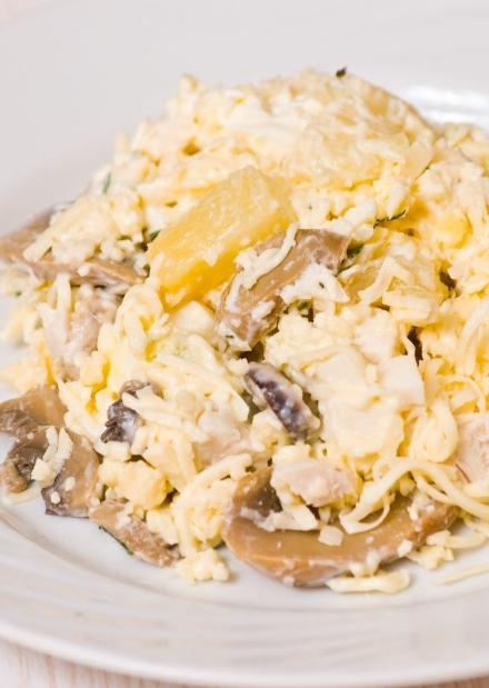 Salade de poulet, champignons, ananas et fromage