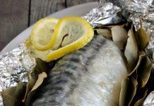 Cepeškrāsnī krāsojiet makreli ar citronu folijā