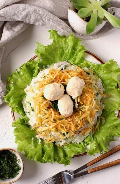 Nid de Capercaillie avec champignons et poulet frits