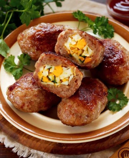 Viande avec un oeuf au four