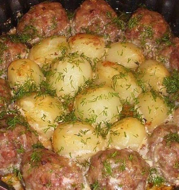 Cách nướng thịt viên với khoai tây sốt chua