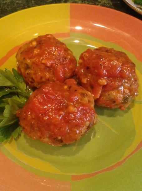 Boulettes de viande au fromage cottage et viande hachée à la sauce tomate dans une casserole