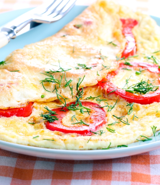 Trứng ốp la Kefir trong chảo với ớt chuông và rau thơm