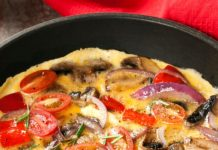 omelette aux champignons, tomates et fromage